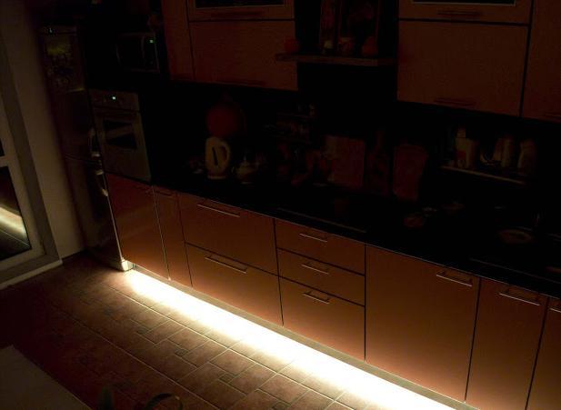 Как осветить пол кухни светодиодными светильниками