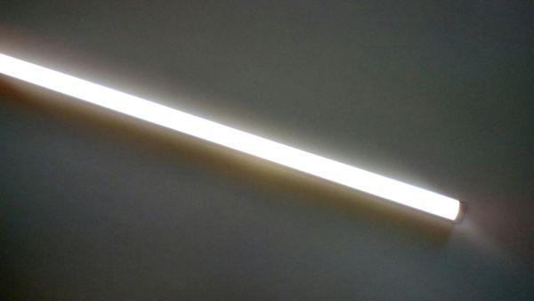 Включенный накладной светильник 9Вт
